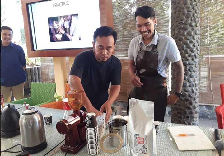 pelatihan menyeduh kopi metode manual brew