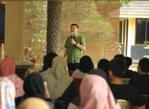 Ivan Lanin mengisi pelatihan bahasa di Sabuntong
